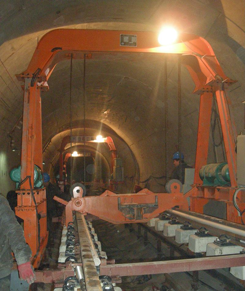 隧道内标准轨排铺轨施工